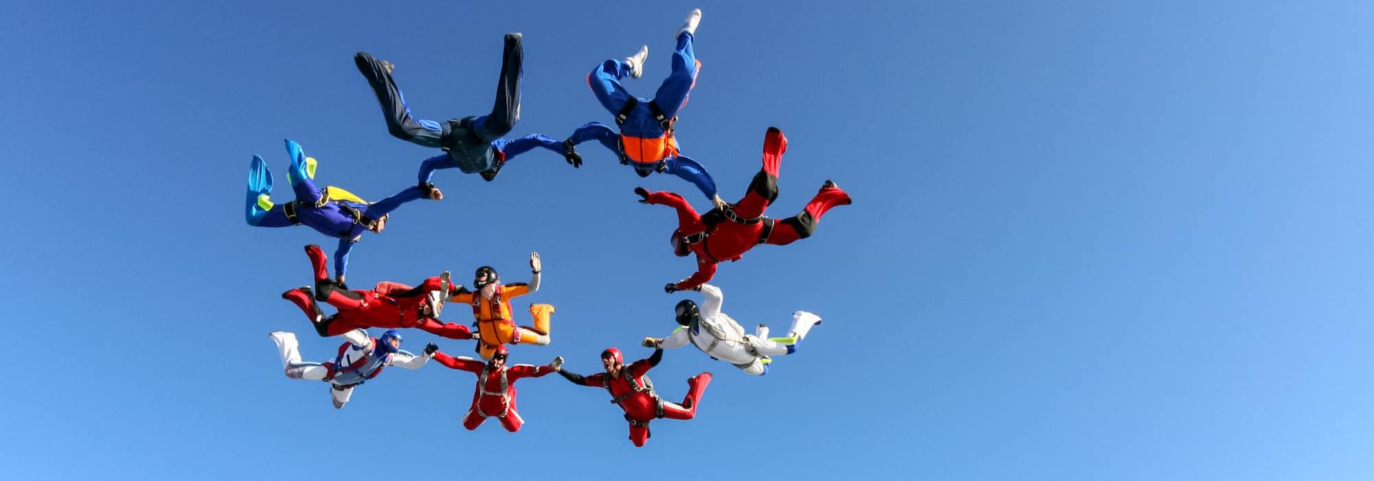 Groupe de parachutistes dans le ciel