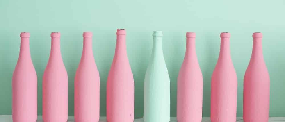 8 bouteilles de couleurs unies roses et une verte