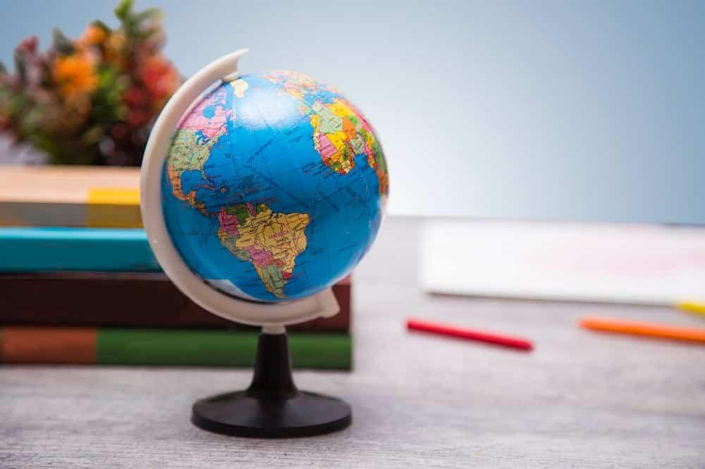 Globe terrestre posé sur un bureau