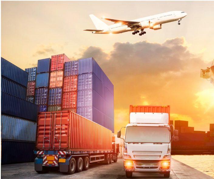 Cargo et avion sur un port