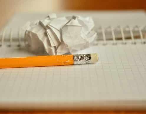 Crayon gris posé sur un cahier ouvert