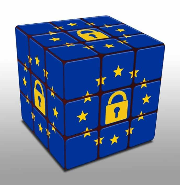 cube aux couleurs du drapeau européen avec un cadenas au milieu des étoiles