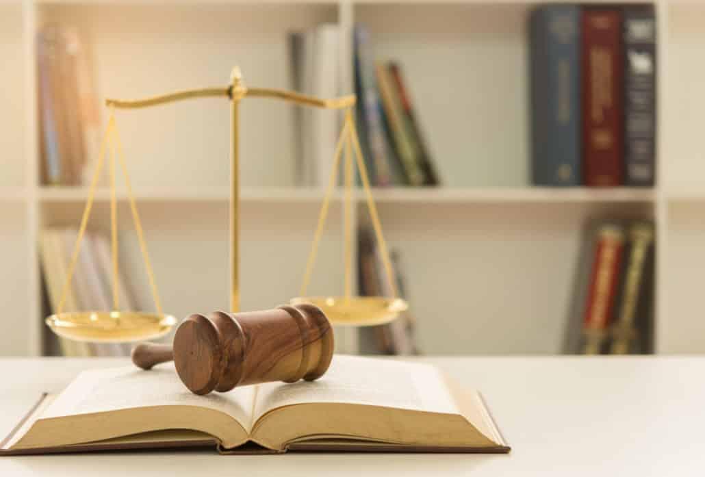 marteau de président posé sur un livre de lois