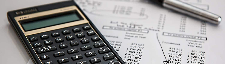 Calculatrice posé sur une facture